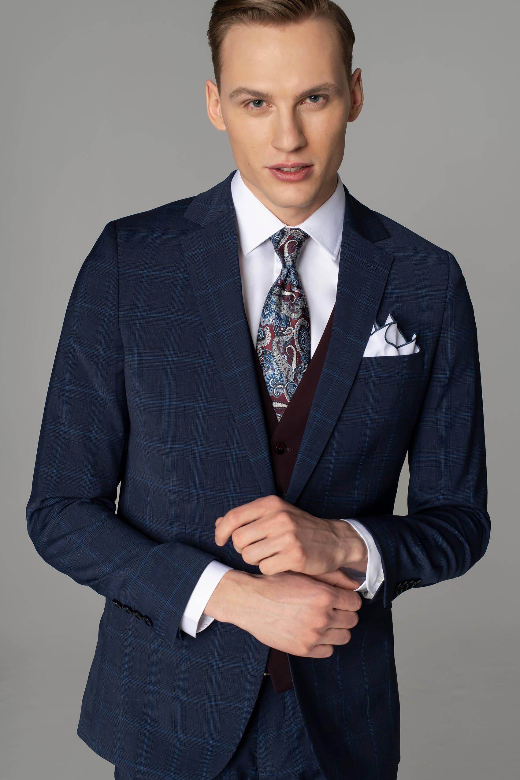 Business dress code – stylizacja z garniturem w kratę