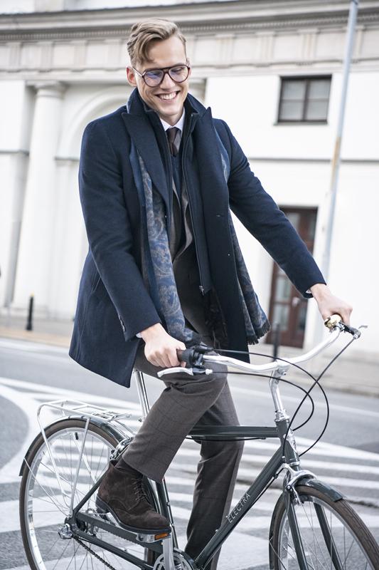 Wysokie buty męskie w stylizacji miejskiej na rower