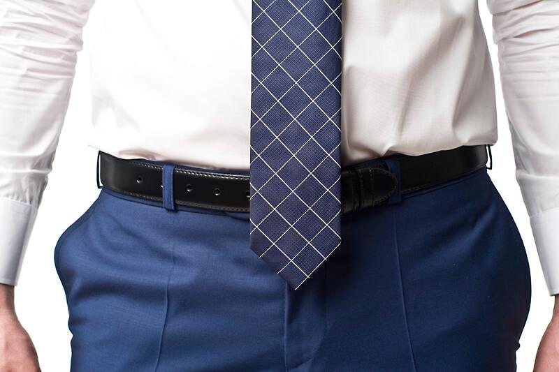 źle zawiązany krawat