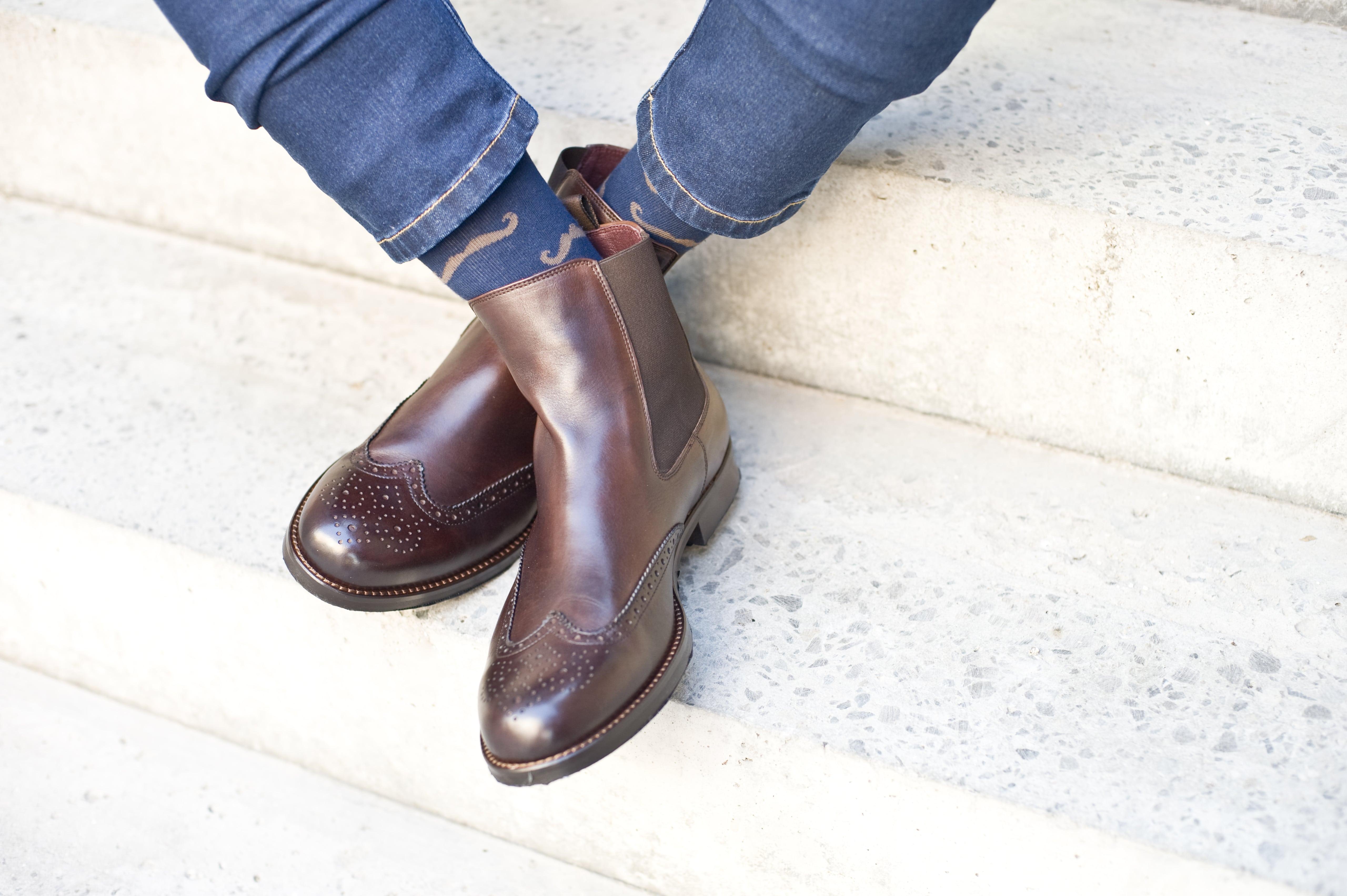 kolorowe skarpety do brązowych butów