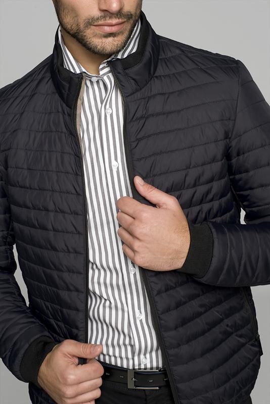 koszula męska włożona w spodnie