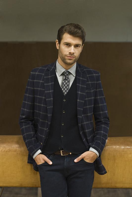 mężczyzna ubrany w stylu preppy