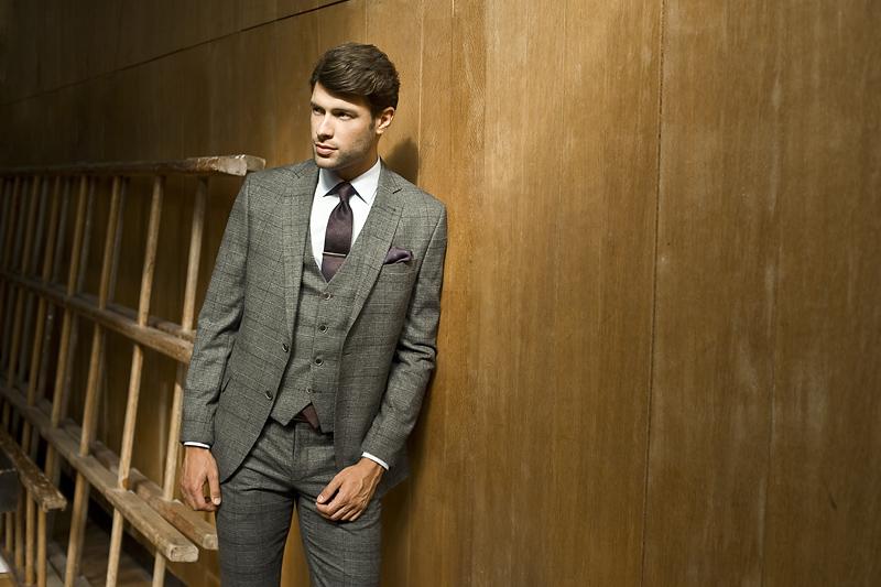 Brązowy krawat do szarego garnituru
