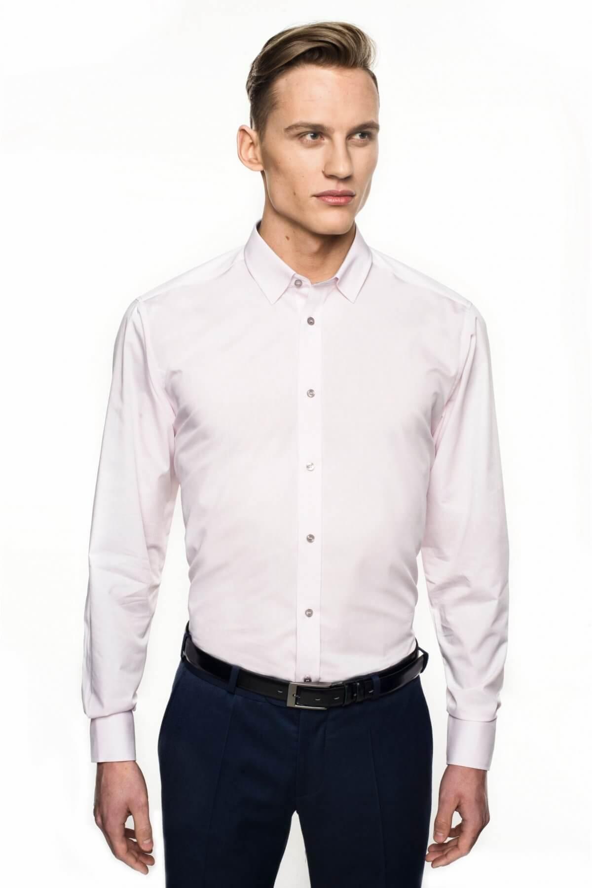 mężczyzna w różowej koszuli