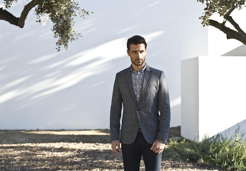 mężczyzna w stroju casual