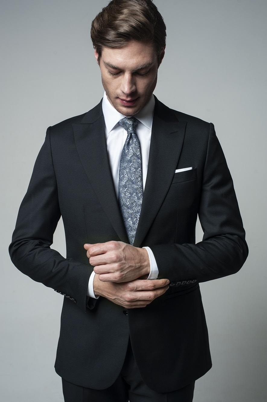 Ciemny garnitur męski – z jakiego materiału powininen być zrobiony?