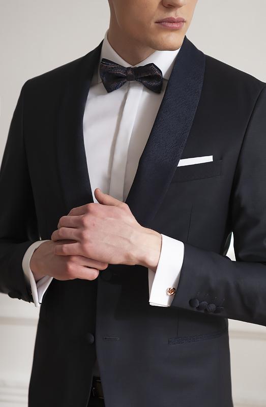 Ciemny garnitur na ślub