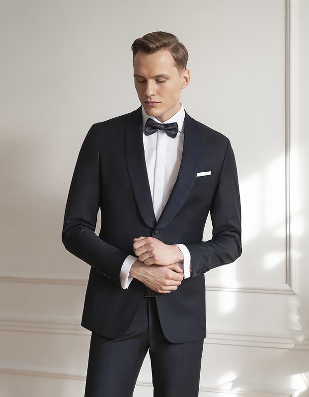 Elegancki garnitur i koszula z muchą