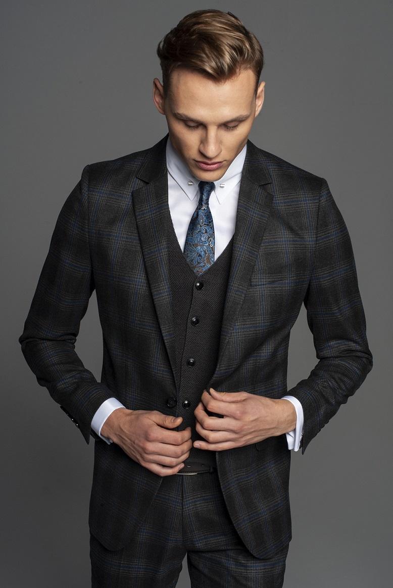 Mężczyzna w garniturze w kratę