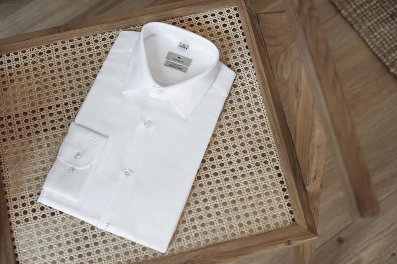 Półformalna biała koszula z klasycznym kołnierzykiem