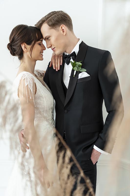 Ślub w czarnym garniturze
